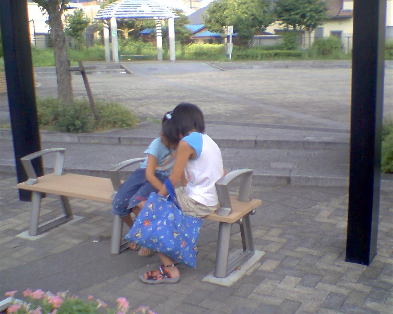 小学生の帰りの道のようにあり。 市街のバス停にふたりの少女|少女|福岡県|紀行道中写真館 Cop